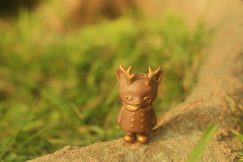 ツバキアキラが撮った、VAG・MORRIS、通称・つのねこ。木の根っこの上に立っている、チョコちゃん。