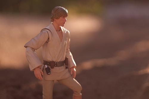 ツバキアキラが撮った、S.H.フィギュアーツのルーク・スカイウォーカー。タトゥイーンの砂漠をイメージして、砂場で写真を撮りました。