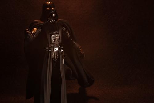 ツバキアキラが撮った、S.H.フィギュアーツのダース・ベイダー。暖かいライトでベイダー卿を撮ってみました。