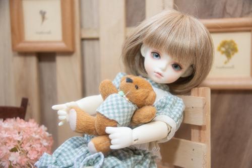 ROSEN LIED、Tuesday's child、通称・火曜子のチェルシー。お気に入りのクマちゃんを抱っこしています。