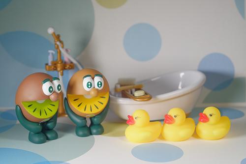 ツバキアキラが撮った、ゼスプリキウイブラザーズのフィギュア。お風呂とアヒル隊長達。