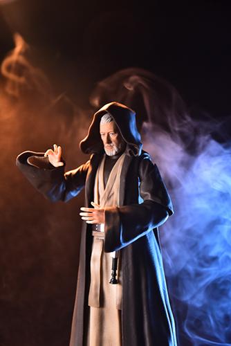 ツバキアキラが撮った、S.H.フィギュアーツのオビ=ワン・ケノービ。煙に巻かれるオビ=ワンが魔道士のようです。