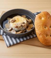 丸ごとカマンベールチーズとマッシュルームのアヒージョ