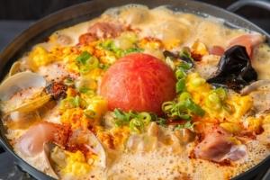 """""""酸辛鍋""""-鶏モモとあさり、トマトの酸辣湯スープ"""