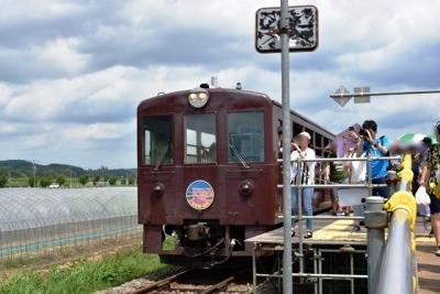 ラベンダー畑駅で降りる観光客
