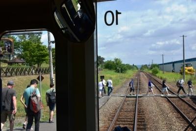 中富良野駅で降りる観光客