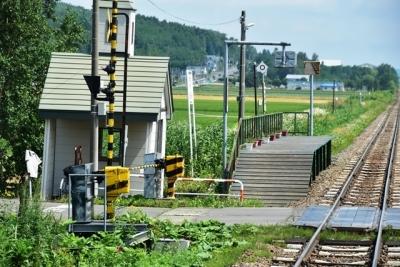 板張りホームの鹿討駅通過
