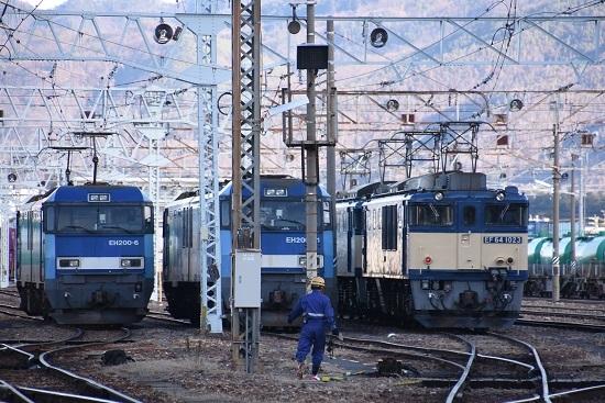 2019年12月31日撮影 南松本にて東線貨物2080レ 誘導員さん登場