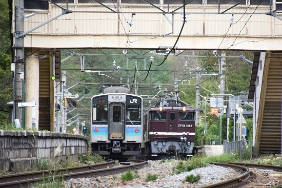 2019年10月7日撮影 冠着駅にてE127系と交換するEF64-1052号機