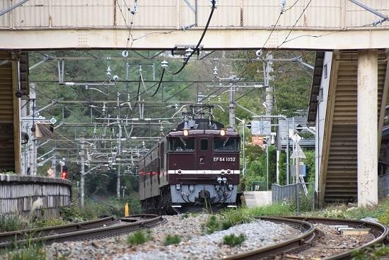 2019年10月7日撮影 冠着駅に停車中のEF64-1052+旧客返却回送