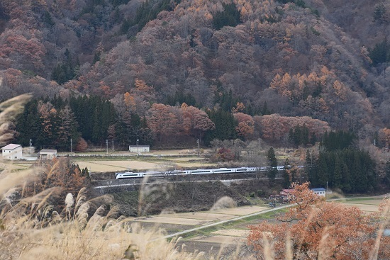 2019年11月24日撮影 大糸線にてE353系「あずさ26号」俯瞰-2