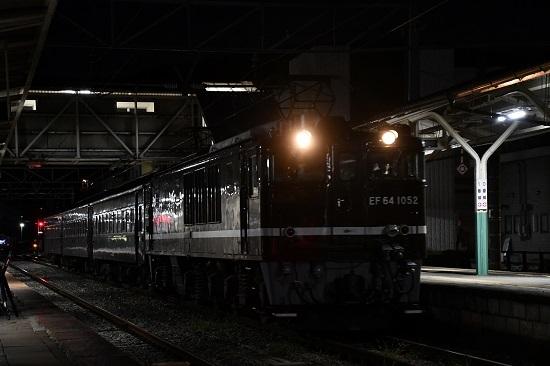 2019年10月3日撮影 辰野駅を発車するEF64-1052号機