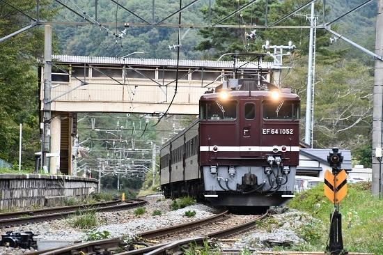 2019年10月7日撮影 冠着駅を発車 EF64-1052+旧客3両