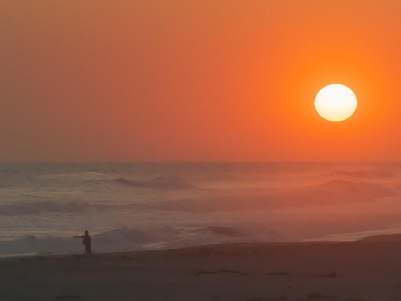 夕陽の釣り人