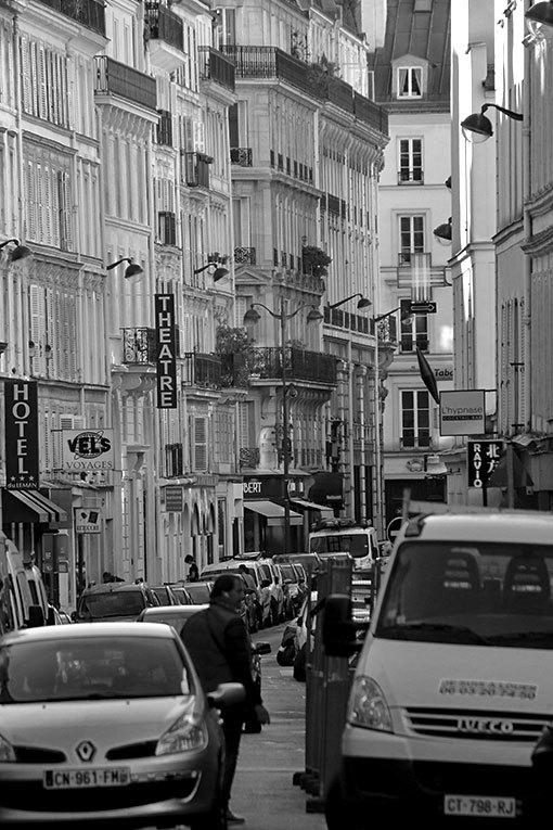 トレヴィズ通り ゴシック建築の柱のように見える モノクロ