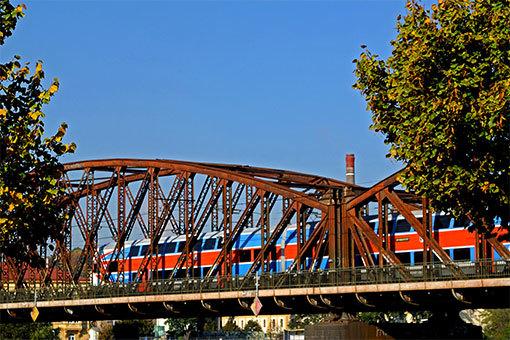 ジェレズニチュニー鉄橋を行く赤と青のチェコ国鉄車両