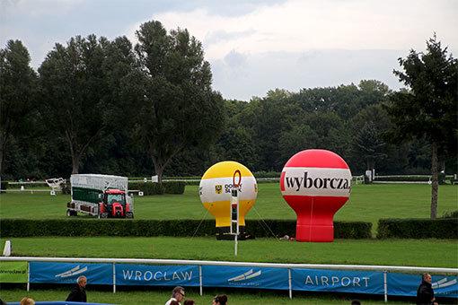 ヴロツワフ競馬場 バルーンと横断幕の広告