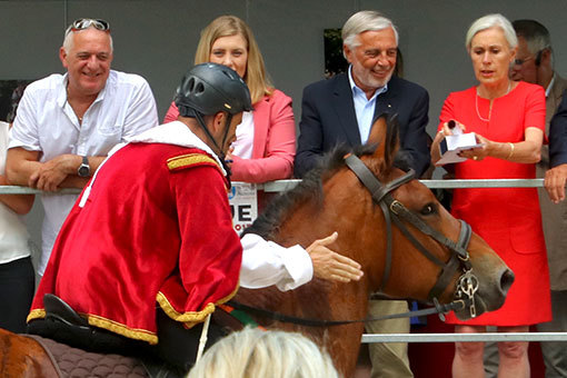 指輪祭り エンジの服に仮装した騎手の表彰 馬をねぎらう姿