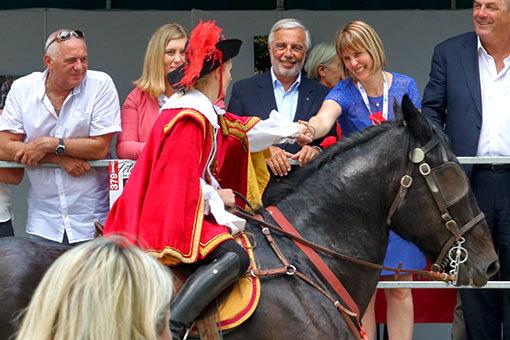 指輪祭り 赤い服に仮装した騎手の表彰 握手