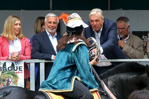 指輪祭り グリーンの服に仮装した騎手の表彰 トロフィーをもらう