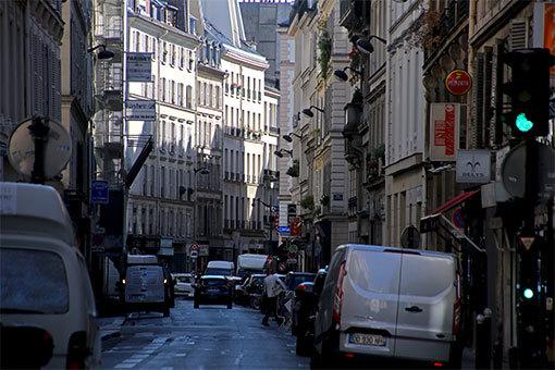 路駐と奥のパラディ通りの建物が見える青通りの風景