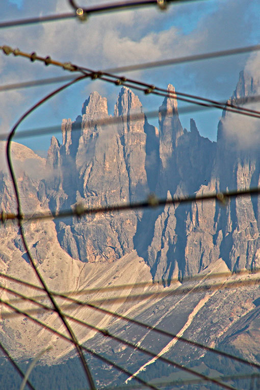 メラーノからボルツァーノへの車窓 切り立つ山
