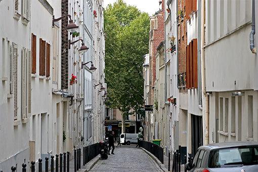 キャピテーヌ・マドン通りの風景 通りの先の緑