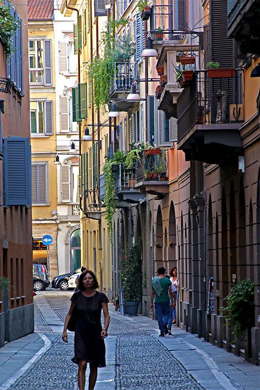 チョヴァッソ通りの風景 カラフルな建物並ぶ石畳