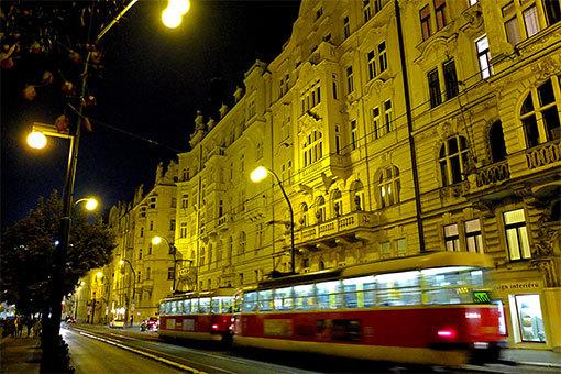 マサリコヴォ・ナーブジェジー通り トラム行く夜景