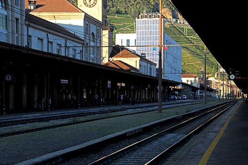 ワイン畑の丘見えるボルツァーノ駅のホーム