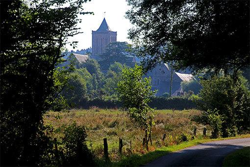 リュセルヌ・ドゥトゥルメール修道院鐘楼が見えてきた