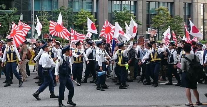 日本では差別主義者のデモは警察が護衛