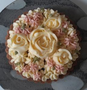 バラ飾りのプルーンのタルトアップ