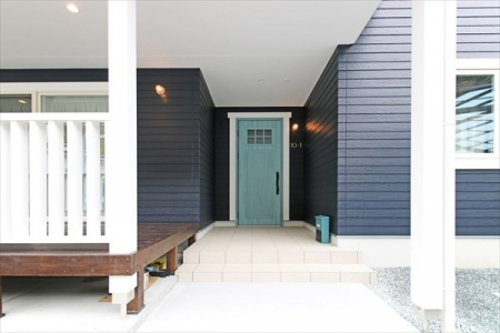 entrance3_swedenhome_surfershouse03.jpg
