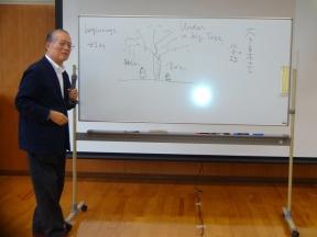 学校とはで講演する香山先生