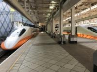 左営駅に並ぶ新幹線200111
