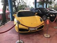 黄色のフェラーリは1111ナンバー200128