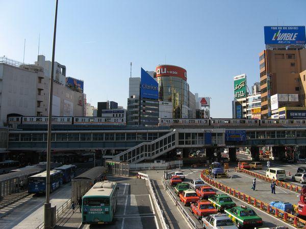再開発着工前の渋谷駅東口バスターミナル。銀座線が上空を通り越していく。