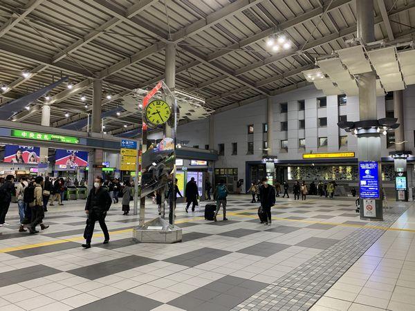 品川駅上部を横断する東西自由通路は京急品川駅の部分で階段になっている。