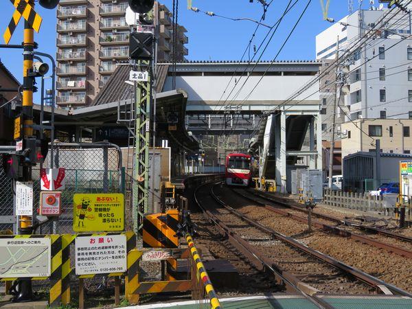 北品川駅のホーム。駅舎は上り2番線側のみにあり、下り1番線は跨線橋で連絡。