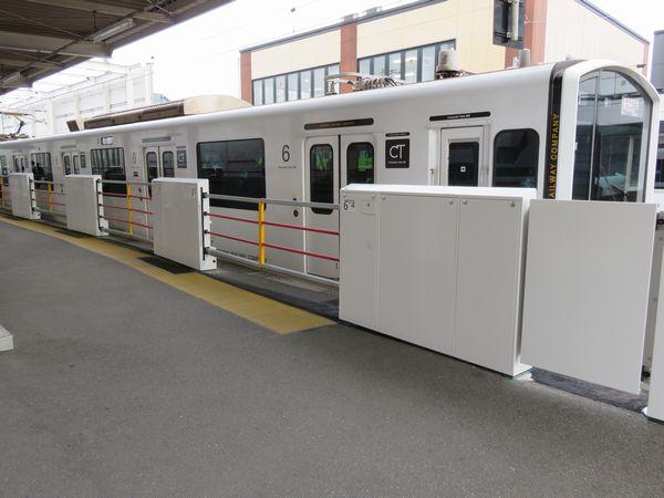 筑肥線九大学研都市駅の音楽館製軽量ホームドア。