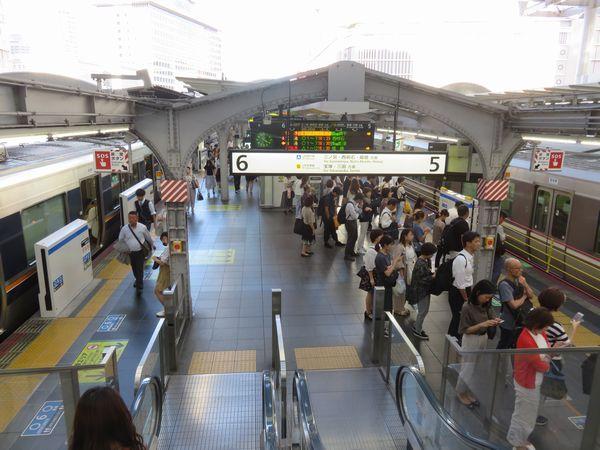 ホームの両側で異なるタイプのホームドアが採用された大阪駅。