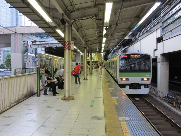 JR渋谷駅山手線ホーム。外回り用ホームを後から増設したため、ホームの位置がずれている。