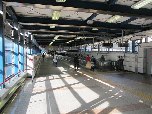 渋谷駅本体と埼京線ホームを繋いでいた連絡通路。距離が長いため動く歩道も設置されていた。