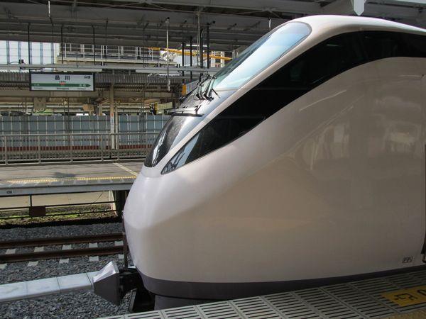 品川駅に停車中の常磐線特急E657系