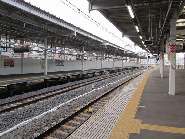 完成した品川駅8・9番線ホーム。東京寄りが下り線側に曲げられ、上野東京ラインの折り返し運転が可能となった。