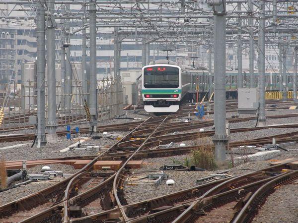 10番線から新車両基地の端を通って東京方面へ出発する常磐線。この時点では線路の一部が未完成で徐行運転する区間もあった。