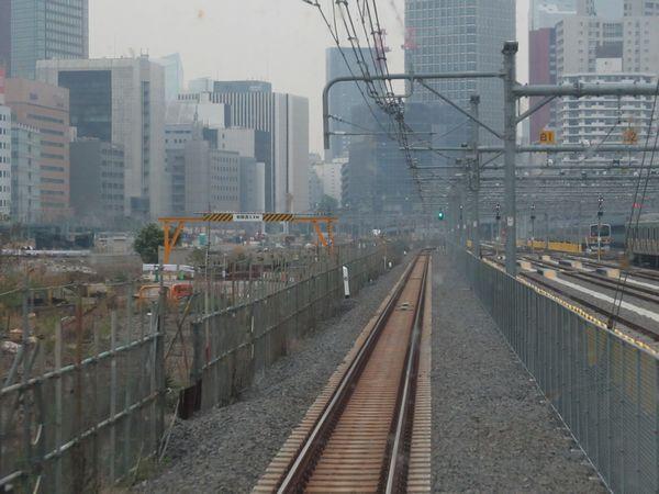 上野東京ライン品川始発列車の前面展望。左が旧田町車両センター跡地で後に高輪ゲートウェイ駅が建設される。