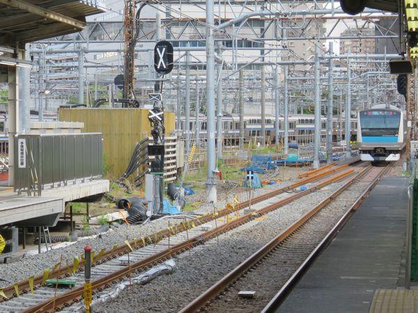 5番線ホーム横浜寄りの新旧接続点。長尺の特殊なまくらぎを事前敷設し、レールを移動させるだけで接続を完了で切るようにしてある。