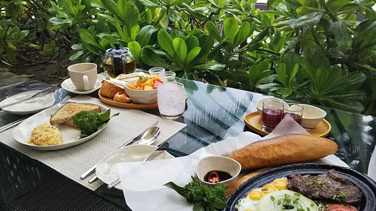 ホテル庭朝食 (2)